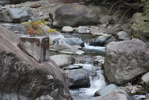 川にある不思議な岩